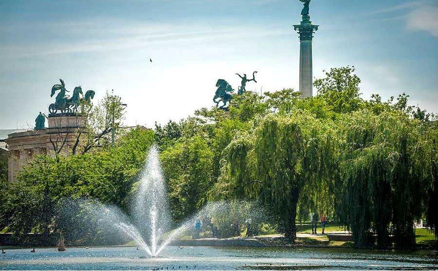 Budapest City Park בודפשט הפארק העירוני - ברקע כיכר הגיבורים