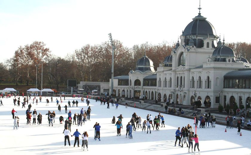 City Park Ice Rink Skating Budapest החלקה על הקרח בבודפשט
