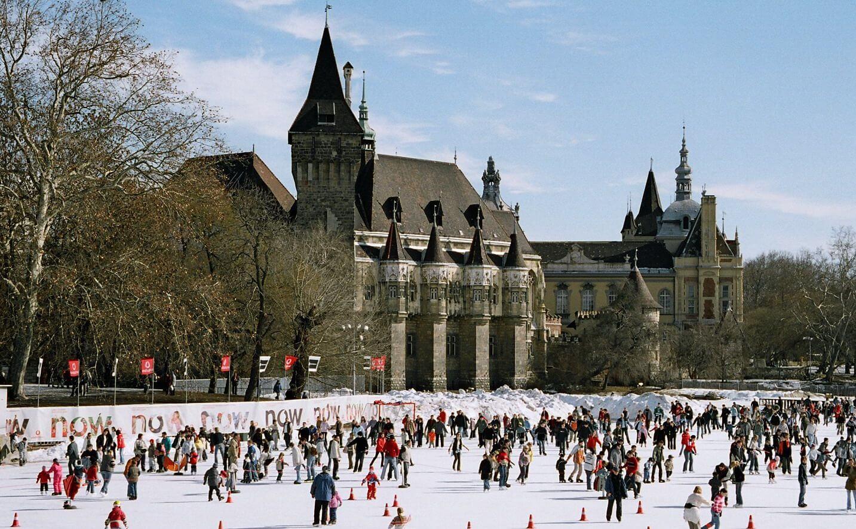 City Rink Ice Skating and Vajdahunyad Castle Budapest טירת ויידהוניאד ומשטח החלקה על הקרח בבודפשט