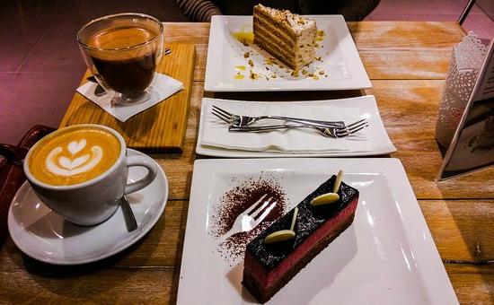 Espressoul Budapest קונדיטוריית אספרסול בית קפה עם עוגות בבודפשט