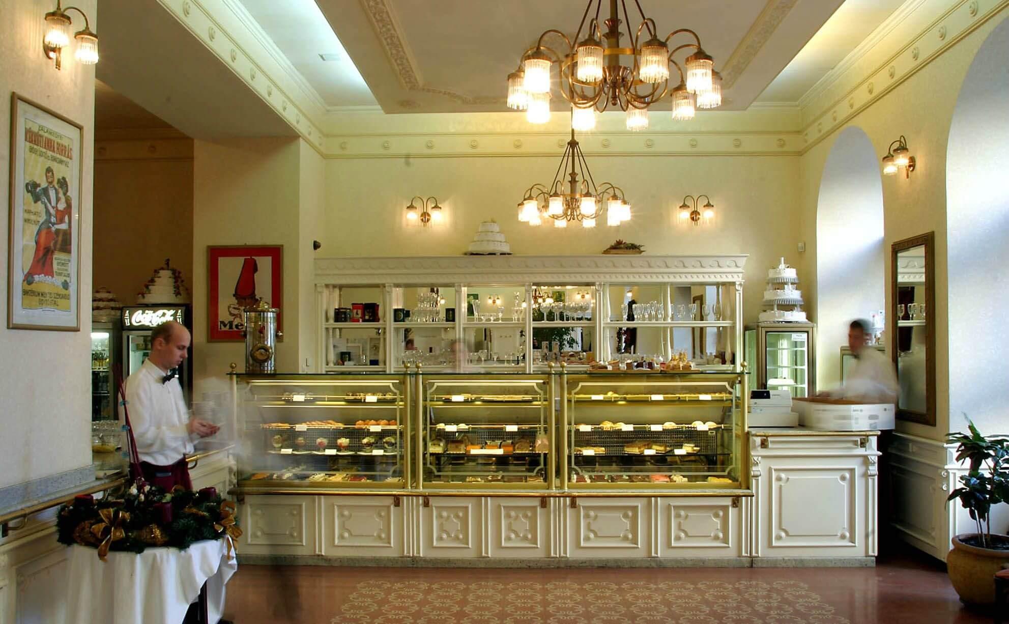Hauer Cukrászda Budapest קונדיטוריית האואר בודפשט עוגות וקפה