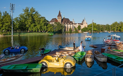 City Park Budapest Lake Paddle Boat אגם מלאכותי בבודפשט בפארק העירוני עם סירות פדלים