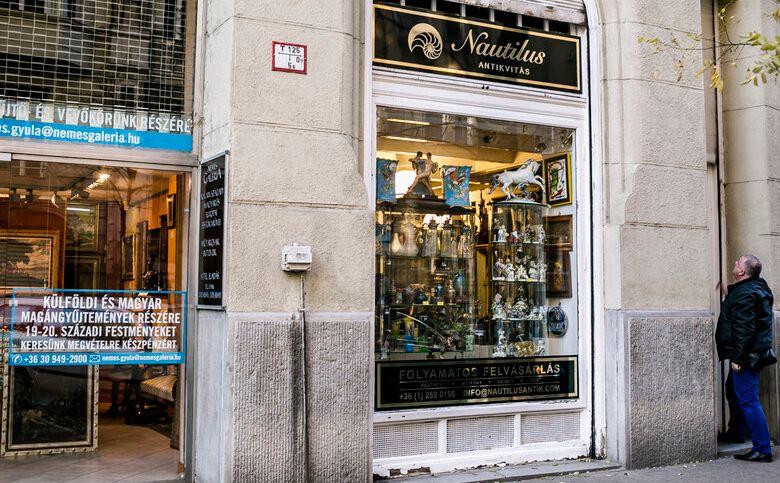 חנויות עתיקות וגלריות רחוב פאלק מיקשה בבודפשט הונגריה