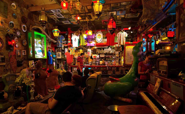 Bar Budapest Szimpla ברים בבודפשט סימפלה קרט