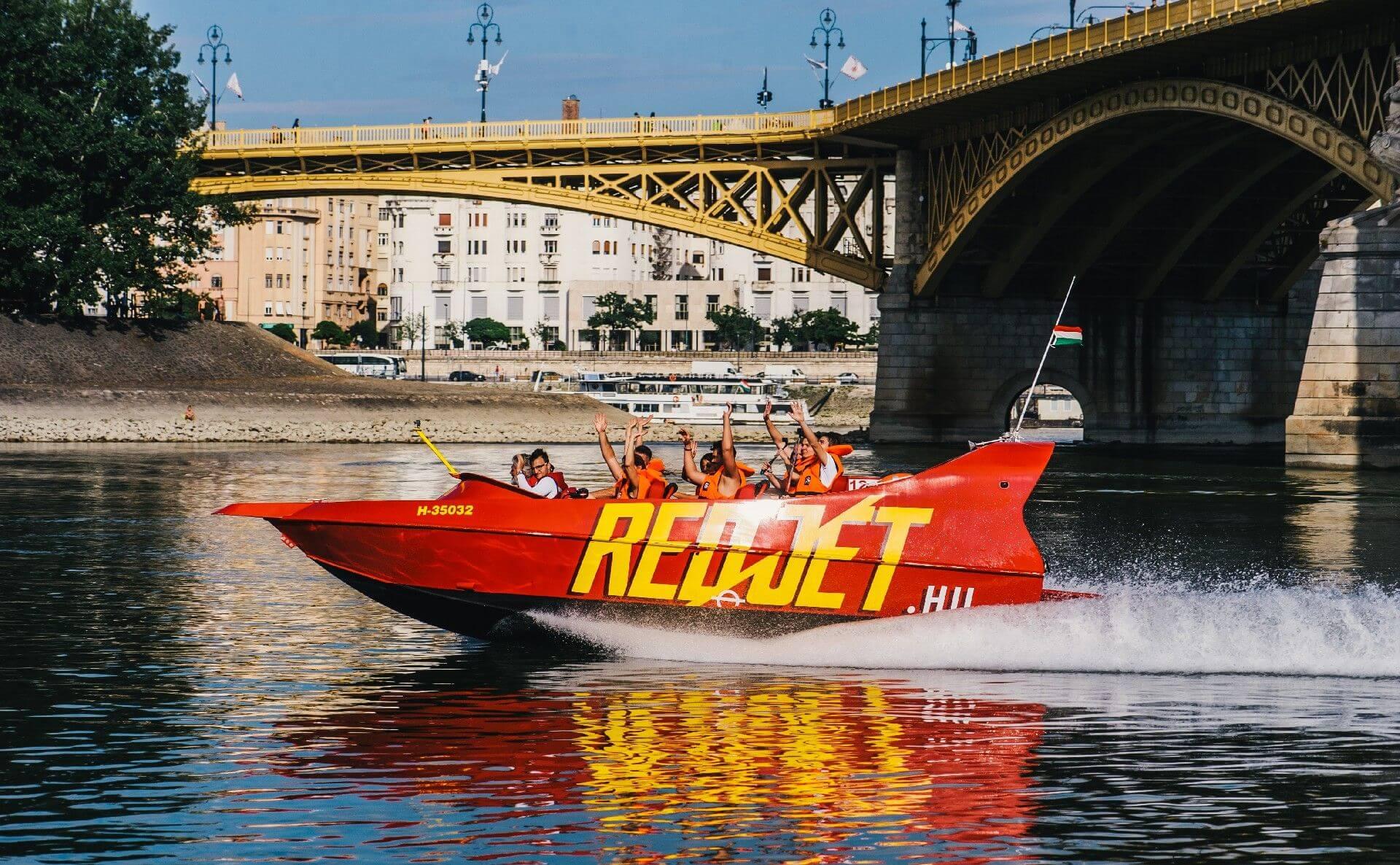 ראד ג'ט סירת מנוע מרוץ על נהר הדנובה בבודפשט